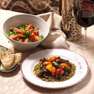 Frika con carne e insalata siriana